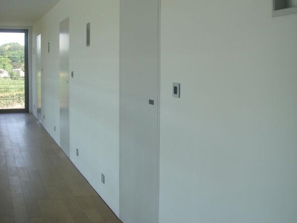 Minimal – døren som går i et med væggen